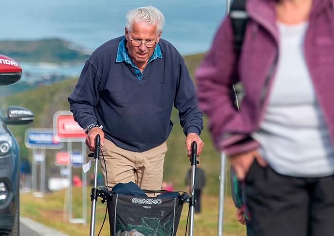 Eldre mann går opp av veien på Storheia